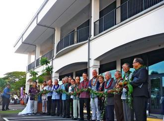 ハワイ式のテープカットでハワイ沖縄プラザの落成を祝う関係者=3日(日本時間4日)、米ハワイ州オアフ島ワイパフ