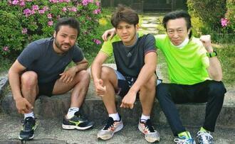 野木丈司トレーナー(右)の下、比嘉大吾(左)と一緒に練習する大湾硫斗=横浜市内(提供)