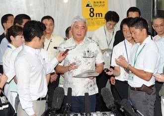翁長雄志知事との会談について説明する中谷元・防衛相=16日午後、県庁