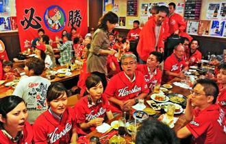 ジャイアンツが勝利し、優勝が持ち越しになり残念がるカープファン=8日、沖縄市上地・居酒屋島ごはん