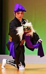 選抜芸能祭グランプリ公演で高平良万歳を踊る比嘉大志さん=24日午後、那覇市久茂地・タイムスホール