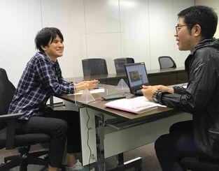 沖縄のお笑いビジネスについて語る知念だしんいちろうさん(左)とパーソナリティーの照屋剛志記者=28日、沖縄タイムス社