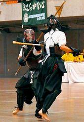 決勝 中堅戦で積極的な攻撃をみせた三島穂花(左)=東京武道館(湧田ちひろ撮影)