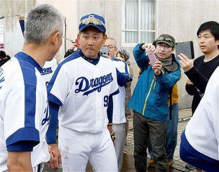 移動する松坂大輔選手を大勢のファンが待ち構え、カメラを向ける=1日、北谷公園球場