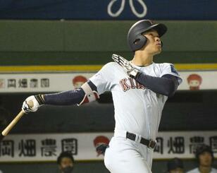 関大戦で本塁打を放つ近大の佐藤=18日、ほっともっとフィールド神戸
