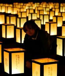 消化できず悔しい思いをした有給休暇にまつわる体験をしたためた灯籠=10日夜、大阪市