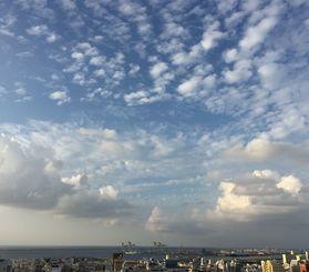那覇市も29度まで上がり、暑い1日となった=18日、那覇市久茂地