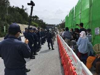 機動隊に囲まれる中、資材搬入を阻止しようと座り込む市民ら=27日午前9時30分ごろ、名護市辺野古の米軍キャンプ・シュワブゲート前