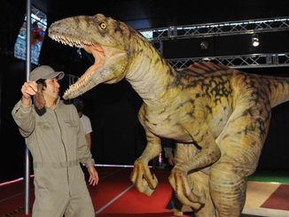 恐竜の動きのチェックなど、入念なリハーサルをするスタッフ=18日午後、豊見城市・豊崎ライフスタイルセンターTOMITON