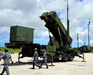 機動展開訓練で移動したPAC3の発射機と自衛隊員ら=10日、八重瀬町の南与座分屯地