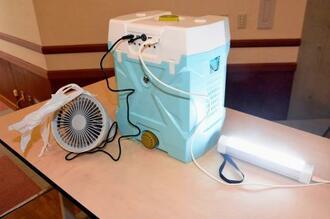塩水とマグネシウムの化学反応で電気を起こす「水発電機」の電源で動く扇風機や照明器具