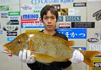 6日、読谷海岸で70センチ5・04キロのタマンを釣った与那覇利樹さん。餌はシガヤー