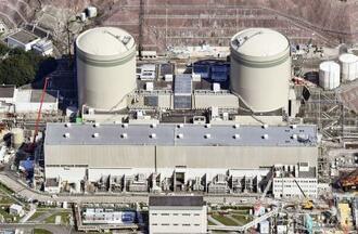 関西電力高浜原発の1号機(右)と2号機=2020年10月、福井県高浜町