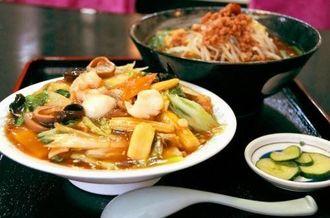 お得なラーメンセットで選べる台湾風ラーメン(奥)と、大盛りっぷりに二度見する客もいた中華丼
