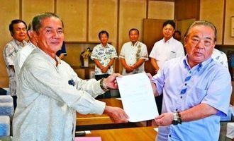 安慶田副知事(右)に意見書を手渡す屋比久名護市議会議長=7日、県庁