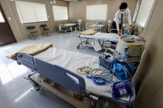 報道陣に公開された「入院患者待機ステーション」=22日午前、大阪市(代表撮影)