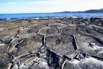 国の天然記念物に指定された久米島町奥武島の畳石(久米島町観光協会提供)