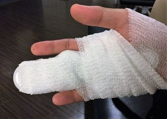 海で転倒し、中指を骨折した男性