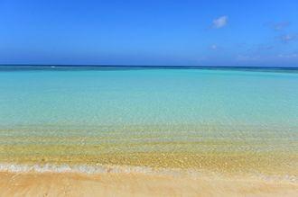 竹富町波照間島のニシ浜ビーチ(沖縄観光コンベンションビューロー提供)