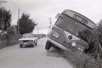 歴史的な交通方法変更は波乱のスタート。各地で事故や渋滞が相次いだ=1978年7月30日、具志頭村(現・八重瀬町)