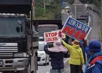 辺野古新基地:ゲート前で抗議続く 40人座り込み