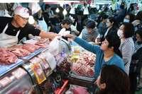 ソーキに三枚肉、中身もね 正月準備で大にぎわい 那覇の牧志公設市場
