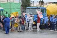 辺野古新基地:機動隊が市民ら排除、工事車両143台入る