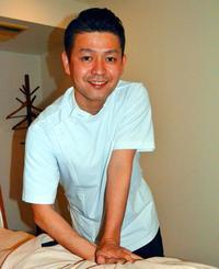 「症状が改善し、『体が軽くなった』と言ってくれるとうれしい」と語る田場吏さん=東京・三軒茶屋の「三軒茶屋鍼灸治療院」