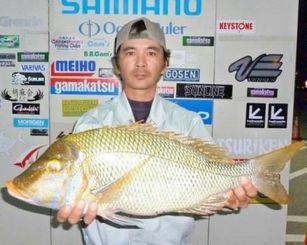 3日、恩納村海岸で64センチ3.4キロのタマンを釣った大城純さん。餌はマグロの血合い
