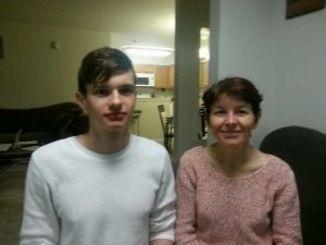 アメリカンドリームを実現したイーナさん(右)と息子のユージン君=ニュージャージー州の自宅で
