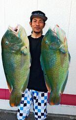 浜比嘉島で68センチ、6・21キロのマクブを釣った珍福会の上原直人さん=16日
