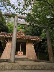 さい銭箱の窃盗被害が多発している名護神社=9日、名護城公園