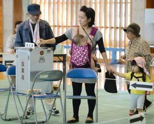 沖縄県知事選で投票する有権者=16日午前、那覇市