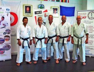 国際セミナーで技術指導を行った平良氏(左から2人目)=パリ東郊外ヴァンブ市