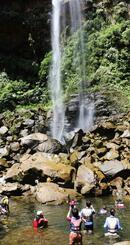 ピナイサーラの滝つぼ周辺。西表島カヌー組合が人数制限をしてツアーを実施している=2019年6月、竹富町西表島(八重山毎日新聞提供)