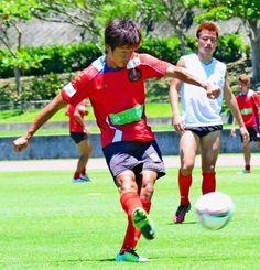 全体練習後、シュート練習に励むMF田中恵太(左)=24日、西原町民陸上競技場