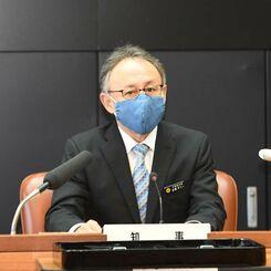 沖縄県内で初めて新型コロナウイルス感染者が死亡したことを発表する玉城デニー知事=16日正午、県庁(代表撮影)