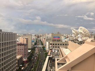 沖縄本島地方は湿った空気の影響で、曇りや雨となっている