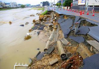 豪雨の影響で崩れた道路=8日、広島県広島市安芸区(嘉陽礼文さん提供)