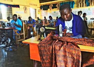 テラ・ルネッサンスの社会復帰支援事業で、ミシンを使った縫製作業を学ぶウガンダの元子ども兵(同NPO提供)