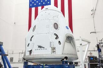 米スペースXの新型宇宙船クルードラゴン(スペースX提供・共同)