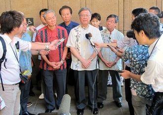 イゲ・ハワイ州知事との会談後に記者の質問に答える翁長雄志知事(中央)ら=29日、ハワイ州庁