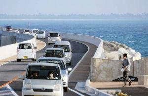 伊良部大橋開通後、伊良部島と宮古島を行き来する車両。レンタカーや観光バスも多く見られる