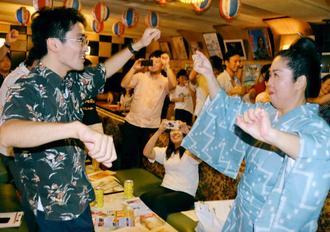 公演ラストのカチャーシーでは出演者と客が一緒になって踊りを楽しんだ=18日、沖縄県沖縄市上地・民謡クラブなんた浜