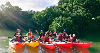 東村の慶佐次川で自然を調査したこども環境調査隊2017の隊員ら=21日、東村ふれあいヒルギ公園