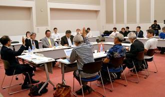 観光目的税の税率について採決する委員ら=那覇市の沖縄産業支援センター