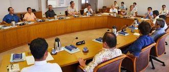 県議会6月定例会での土砂条例の審議と特別委員会の設置について議論する議会運営委員会の委員ら=15日、県議会