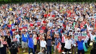 安保関連法案と辺野古新基地に反対し、抗議の声を上げる集会参加者=30日午後5時53分、那覇市・与儀公園(金城健太撮影)