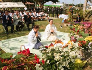 オヤケアカハチの遺徳をしのび多くの地域住民が参加した「アカハチ慰霊祭」=石垣市大浜・崎原公園