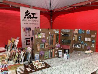 エドモントン市主催の屋外マーケットに参加した成美さんが経営する紅日本文房具店のブース
